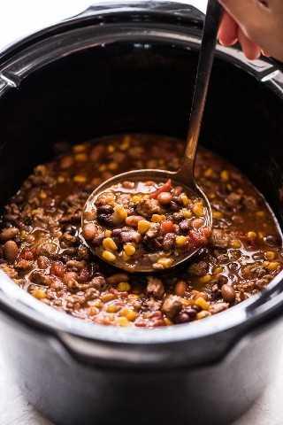 Crock pot taco soup en una cuchara