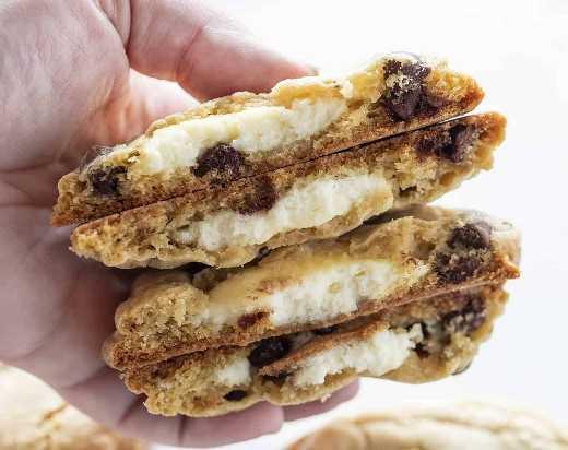 Galletas de chispas de chocolate rellenas de tarta de queso a la mitad