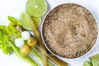Un plato lleno de sal de apio para bordear el vaso con guarnición a su alrededor.