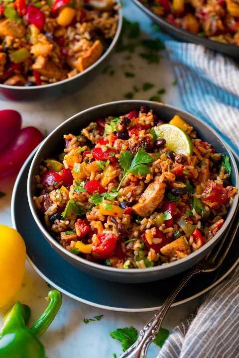 Chicken Fajita Rice Bowl se muestra como dos porciones en cuencos azul oscuro.