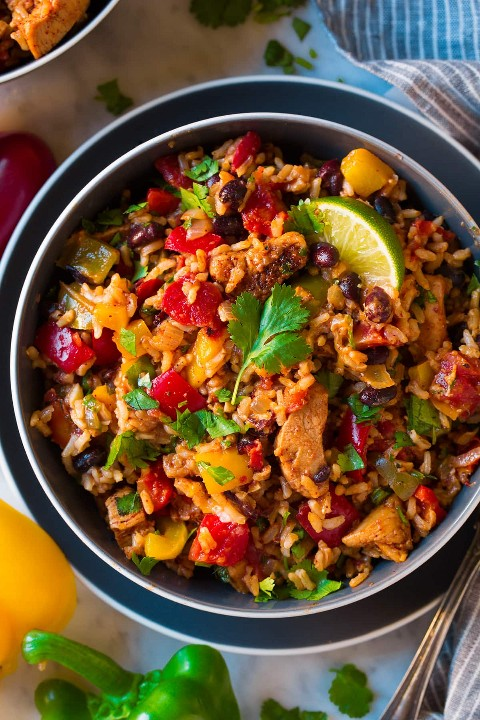 Imagen de arriba del cuenco fácil del arroz del pimiento del frijol negro del pollo.