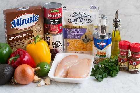 Imagen que muestra los ingredientes que entran en los cuencos de arroz con faijta de pollo.