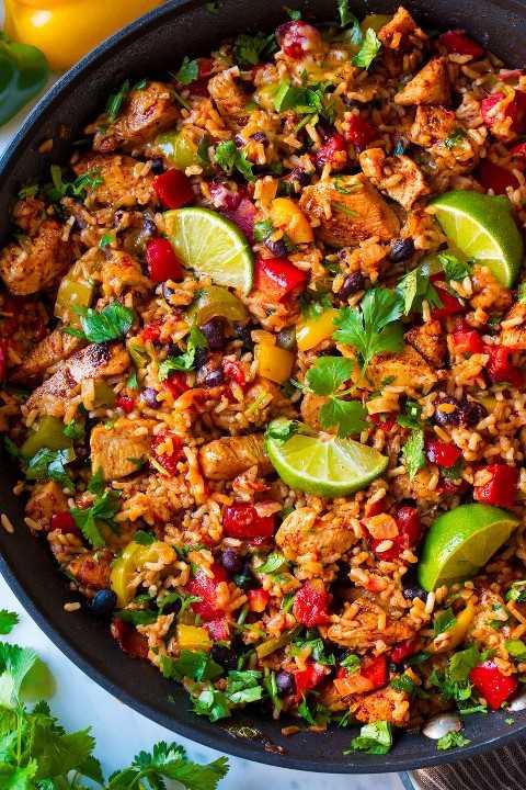 Ciérrese encima de la imagen del cuenco de arroz del pollo en una cacerola.