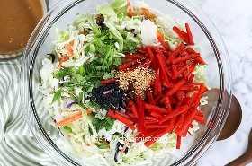Ingredientes de repollo asiático en un recipiente de vidrio.