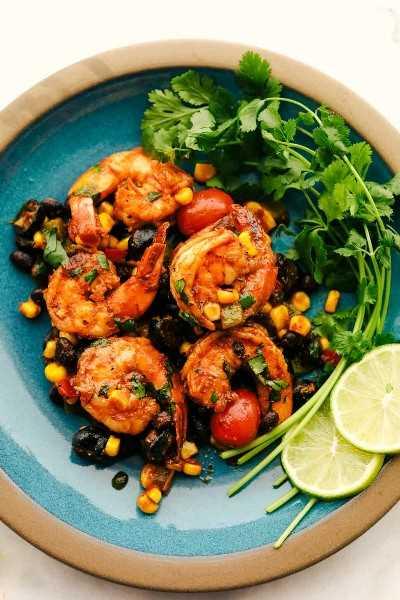 Sartén de camarones mexicanos servido en un plato.