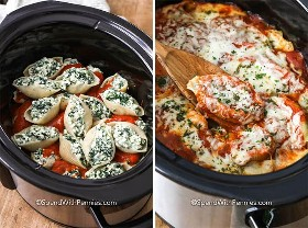 Imagen de la izquierda: conchas rellenas de pasta sobre una capa de salsa para pasta en una olla de cocción lenta. Imagen derecha: conchas rellenas de crockpot terminadas.