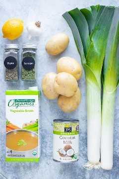 Papas doradas Yukon, puerros frescos, hierbas secas, caldo y leche de coco (sin crema) como ingredientes para una receta vegana de sopa de puerros y papas.