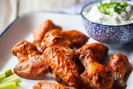 Receta de alitas de pollo al horno crujiente en el horno.