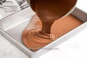 Masa de pastel de chocolate se vierte en un molde para pasteles.