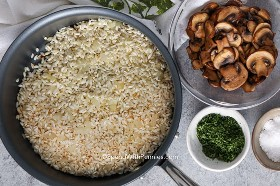 Arroz dorado con mantequilla y cebolla para risotto
