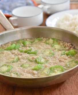 misua con patola y sopa de cerdo molida en una sartén ancha con un plato de arroz al lado