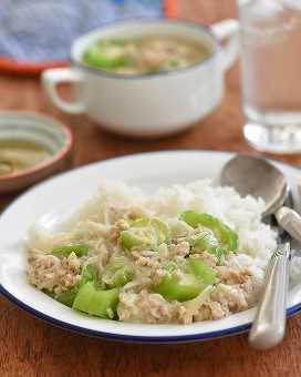 sopa de misua con patola y carne molida de cerdo sobre arroz al vapor en un plato blanco