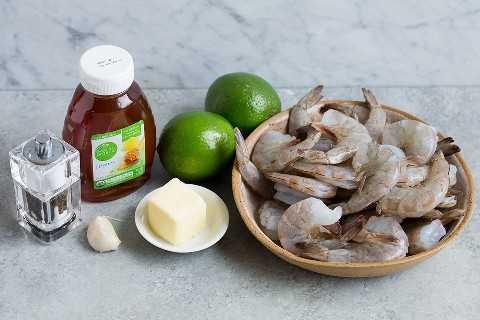 Los ingredientes para hacer camarones con miel y lima se muestran aquí.