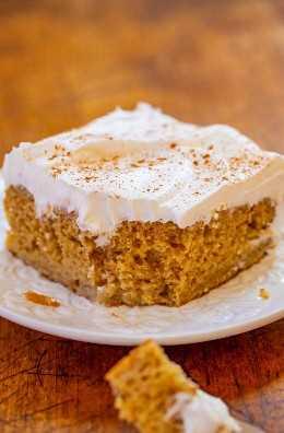 Snickerdoodle Poke Cake - ¡Si te gustan las galletas snickerdoodle, te encantará el sabor de este pastel snickerdoodle con la cantidad PERFECTA de canela! ¡Rápido, muy FÁCIL, húmedo y un excelente pastel para MAKE-AHEAD para fiestas!