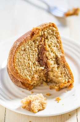 Pastel Snickerdoodle: ¡un relleno de azúcar y canela atraviesa el centro de este pastel suave y mantecoso que también está cubierto con azúcar y canela! ¡A todos les encanta este pastel fácil que sabe a galletas snickerdoodle!