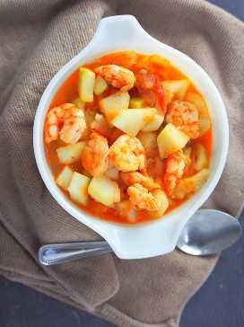 ginisang upo con camarones en un tazón blanco