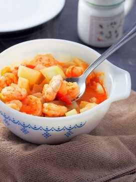 sirviendo ginisang upo con camarones con una cuchara grande