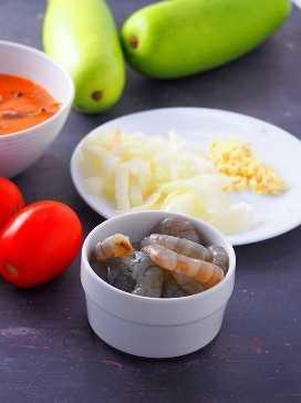 camarones pelados, tomates, ajo, cebolla y upo