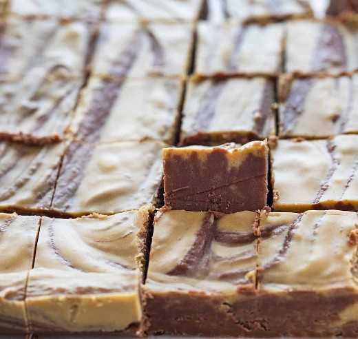 Una pieza de chocolate, mantequilla de maní, dulce de azúcar en posición vertical en una sartén cortada