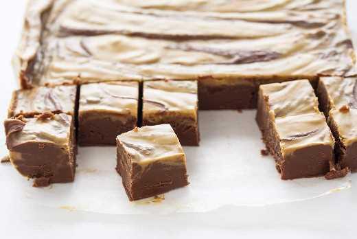 Cortar trozos de dulce de chocolate con mantequilla de maní
