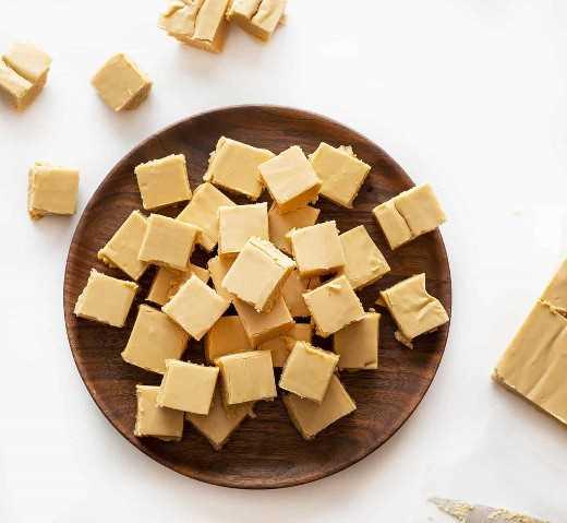 Fudge de amendoim cremoso na placa de madeira
