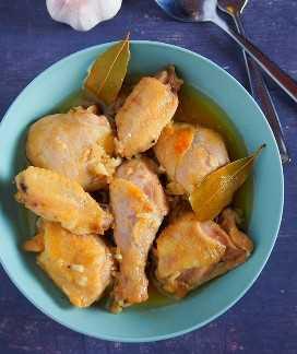 Vista superior de pollo adobo con salsa de pescado en un tazón azul