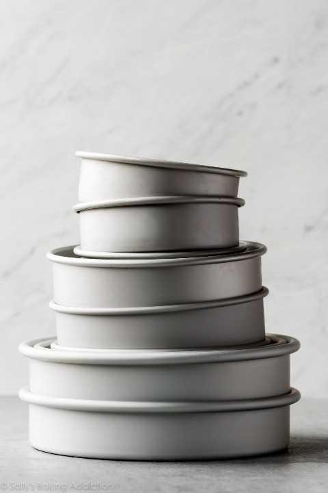 pila de moldes para pasteles