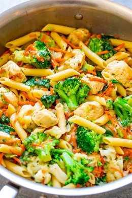 15 minutos de pasta de pollo con queso y vegetales - ¡FÁCIL y listo en minutos! ¡La pasta con queso es comida COMODA, mientras que todas las verduras agregan un toque MÁS SALUDABLE! ¡Ideal para familias y perfecto para las noches ocupadas!