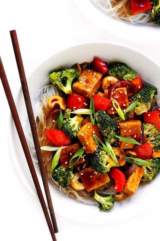 Tofu de anacardo con brócoli, pimientos, cebolla y fideos de arroz