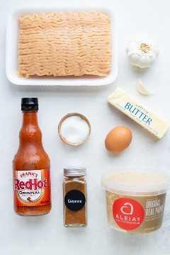 Pollo molido, salsa Frank's RedHot, pan rallado, mantequilla, ajo y un huevo: los ingredientes para una receta de albóndigas de pollo y búfalo.