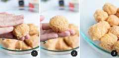 Una mano rodando la mezcla de pollo molido en albóndigas.