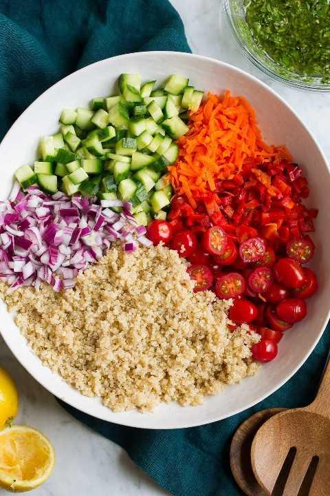 Prepare los ingredientes de la ensalada de quinua en una ensaladera antes de mezclarlos con el aderezo.