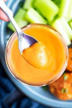 Una receta rápida, fácil, baja en carbohidratos y salsa de ceto búfalo que se recoge con una cuchara para servir.