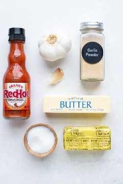 Os quatro ingredientes necessários para fazer uma receita caseira de molho de búfalo: molho picante, manteiga, alho e sal.