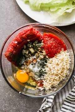 El proceso de hacer y mezclar los ingredientes del rollo de repollo en un tazón.