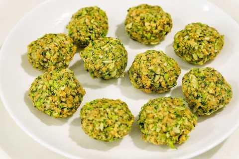albóndigas de brócoli en un plato listo para cocinar