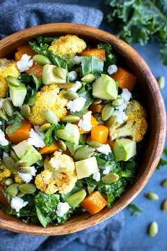 Una receta de ensalada de verduras asadas con col rizada y coliflor.