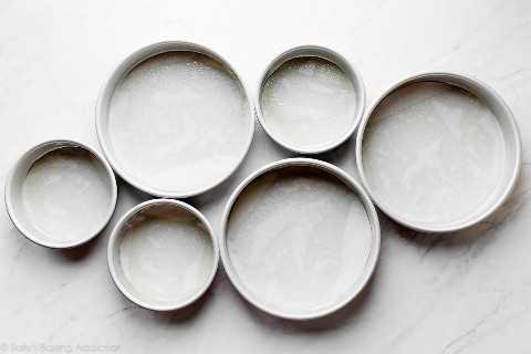 moldes para pasteles engrasados y forrados