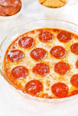Easy Pizza Dip - Os amantes de queijo e os fanáticos por pizza vão adorar este molho rápido e fácil! Comida de festa perfeita que garante sucesso! Aquele queijo !!