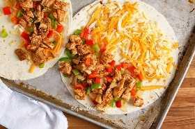 Mezcla de quesadilla de pollo en una tortilla de harina lista para cocinar.