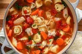 Descripción general de la sopa de tortellini de pollo en una olla.