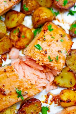 Salsa y papas al horno Dijon de hoja de pan - Esta receta de salmón y papas al horno está lista en 25 minutos, la mantequilla de limón y la mostaza de Dijon agregan mucho SABOR, ¡y está hecha en UNA sartén de hoja! FÁCIL comida reconfortante para las noches ocupadas!