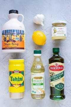 Tahini, jarabe de arce, limón, ajo, aceite de oliva, vinagre de manzana y jengibre: todos los ingredientes necesarios para el aderezo de tahini de limón