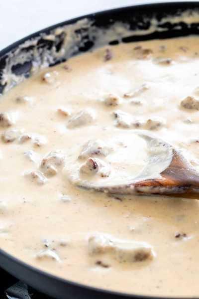 salsa de salchicha cocinar en una sartén