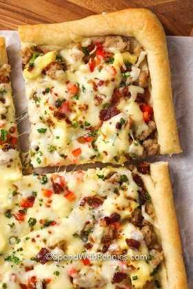 Feche acima da pizza de queijo do café da manhã.