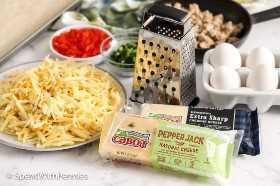 Ingredientes para fazer café da manhã pizza no balcão