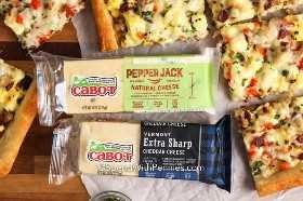 Cabot pepper jack e queijo cheddar extra afiado cercado por fatias de pizza de queijo no café da manhã.