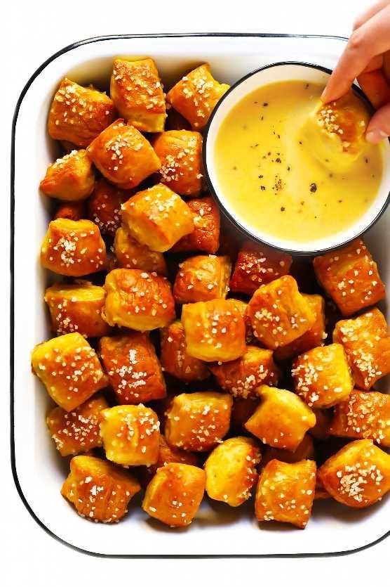 Bocaditos de pretzel suave con salsa de queso y cerveza