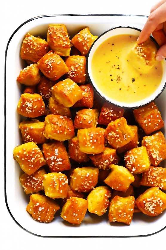 Salsa de queso y cerveza con bocados de pretzel