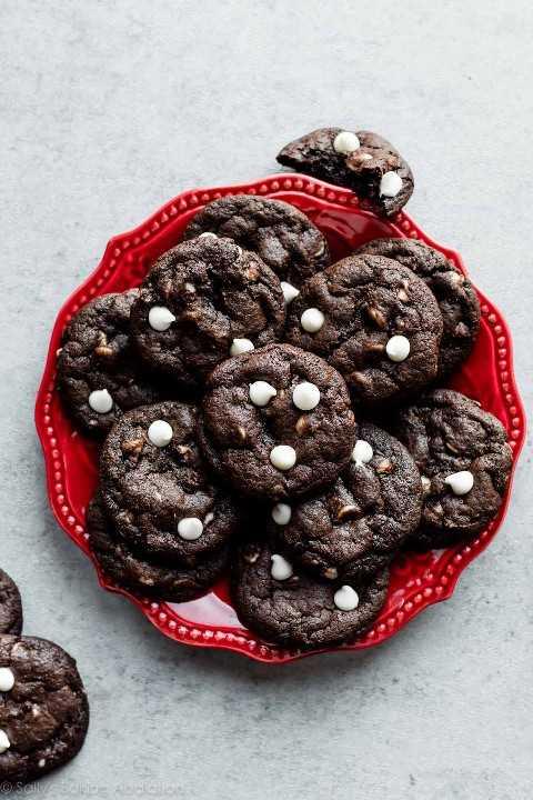 galletas de chispas de chocolate blanco con chocolate